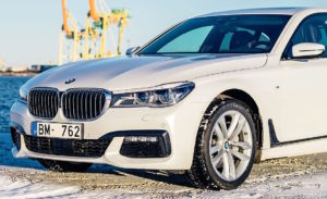 2016_BMW_7-Series_(G11)_sedan,_front_view