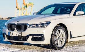2016_BMW_7-Series_(G11)_sedan,_front_view